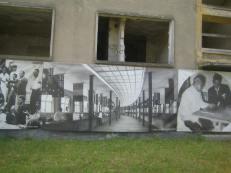 Foto vor zerfallendem russischen Bau