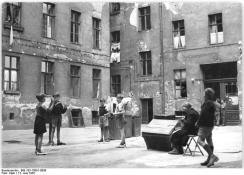 Berlin, Hinterhof, spielende Kinder